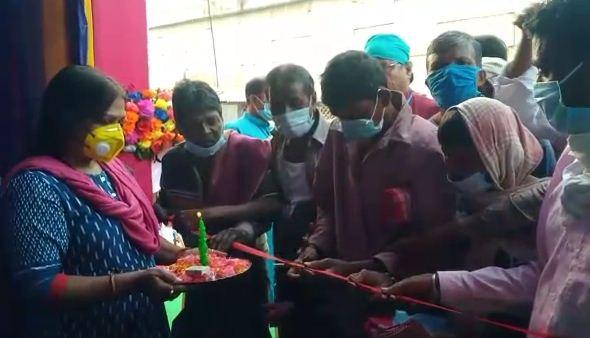 অভিনব পদ্ধতিতে স্থানীয় রিক্সাওয়ালাদের হাত দিয়ে জগদ্ধাত্রী পুজোর উদ্বোধন