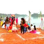 কংসাবতী নদীতে ছটপুজোর জন্য অবাঙালি ভক্তবৃন্দের ভীড় নজর কাড়ার মতো