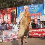 মেদিনীপুর জেলা শাসক দপ্তরের সম্মুখে কৃষকদের সমর্থনে মোদীর কুশপুতুল পুড়িয়ে 'কৃষক সংহতি দিবস' পালন