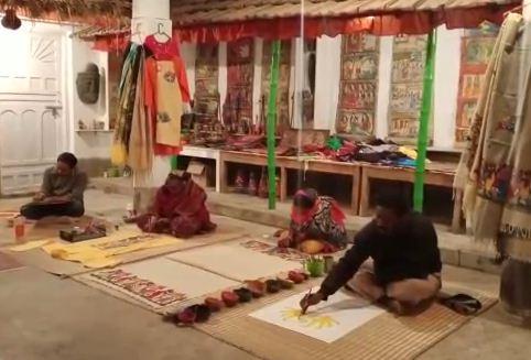 হলদিয়াতে প্রধানমন্ত্রীকে পিংলার নয়ার তৈরি পাঞ্জাবী, শাল ও পটচিত্র উপহার